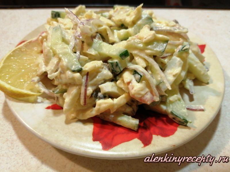 Салат из морского коктейля на тарелке