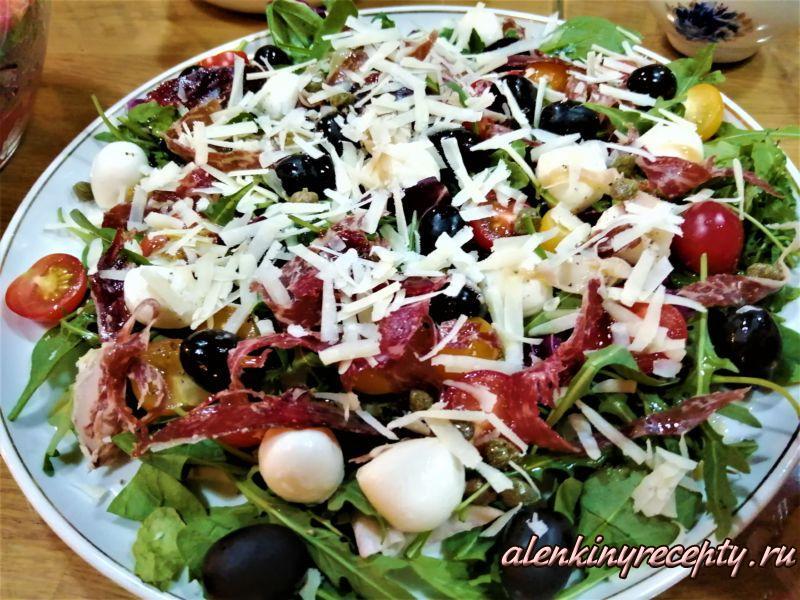 Посыпаем салат с рукколой тертым сыром