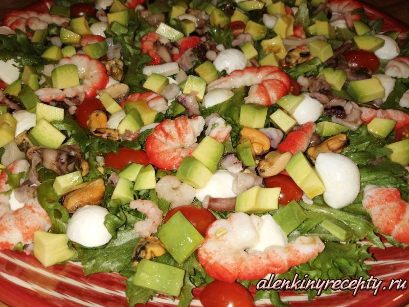 кpacивый салат из морепродуктов с авокадо