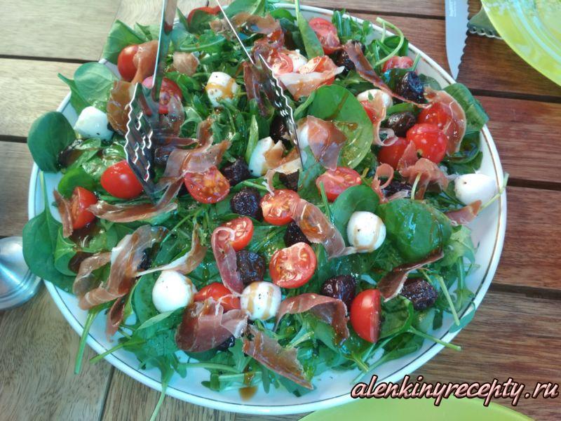 салат из рукколы, моцареллы и бекона