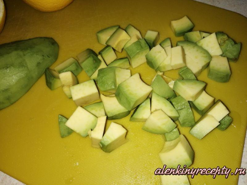 Peжeм авокадо кубиками