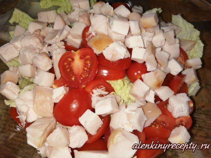 Добавляем нарезанную копченую курицу в салатнику