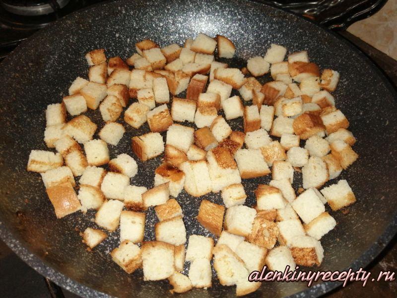 жарим гренки для салата на сковороде
