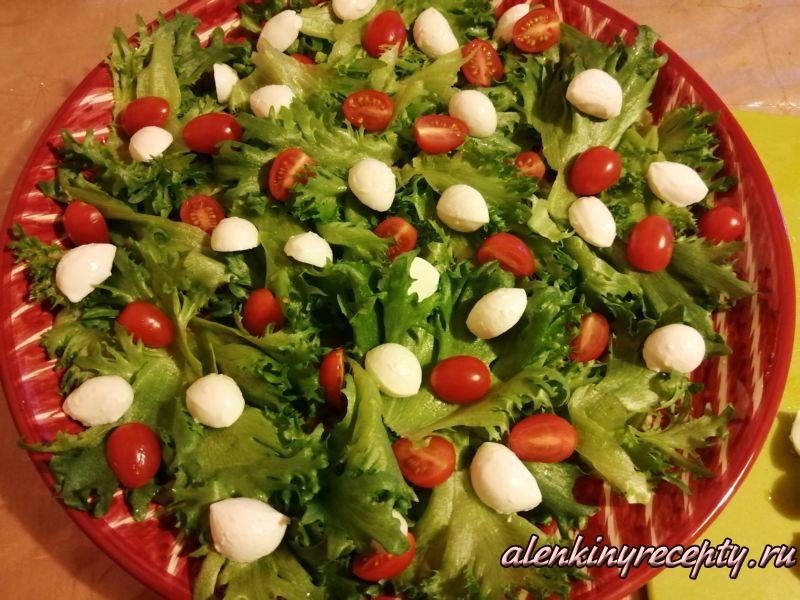 выкладываем на блюдо листья салата, помидорки Черри и сыр моцарелла