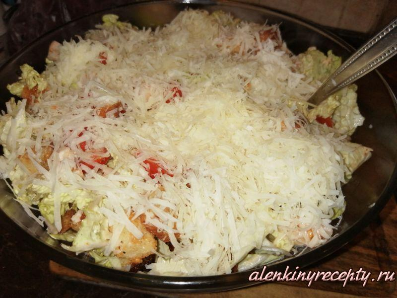 Простой салат Цезарь готов