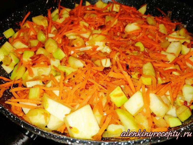 Добавляем в сковороду к овощам порезанный кабачок и обжариваем на маленьком огне 10 минут